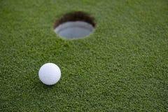 Putt corto del golf Fotos de archivo libres de regalías