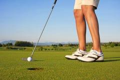 Putt del golfista de la señora Imagen de archivo libre de regalías