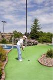 Putt largo en mini campo de golf Fotografía de archivo libre de regalías