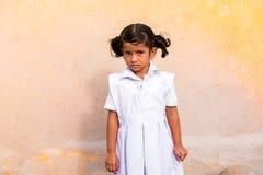 PUTTAPARTHI,安得拉邦,印度- 2017年7月9日:一个逗人喜爱的印地安女孩的画象白色礼服的 复制文本的空间 库存图片