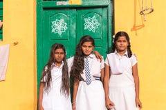 PUTTAPARTHI,安得拉邦,印度- 2017年7月9日:三位印地安女小学生 复制文本的空间 库存照片