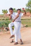 PUTTAPARTHI,安得拉邦,印度- 2017年7月9日:两个快乐的印地安男孩 垂直 复制文本的空间 库存图片