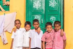PUTTAPARTHI,安得拉邦,印度- 2017年7月9日:五个快乐的印地安男孩画象  复制文本的空间 库存图片