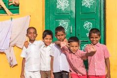 PUTTAPARTHI,安得拉邦,印度- 2017年7月9日:五个快乐的印地安男孩画象  复制文本的空间 免版税库存照片