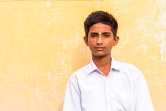 PUTTAPARTHI,安得拉邦,印度- 2017年7月9日:印地安人的画象一套白色衣服的 特写镜头 免版税库存照片