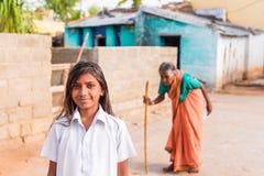 PUTTAPARTHI,安得拉邦,印度- 2017年7月9日:印地安女孩的画象 特写镜头 库存图片