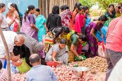 PUTTAPARTHI,安得拉邦,印度- 2017年7月9日:印地安市场 复制文本的空间 免版税库存图片