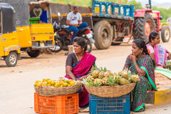 PUTTAPARTHI,安得拉邦,印度- 2017年7月9日:印地安市场 复制文本的空间 库存图片