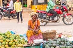 PUTTAPARTHI,安得拉邦,印度- 2017年7月9日:印地安市场 复制文本的空间 库存照片