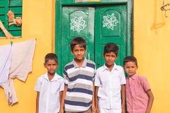 PUTTAPARTHI,安得拉邦,印度- 2017年7月9日:四个快乐的印地安男孩画象  复制文本的空间 免版税库存照片