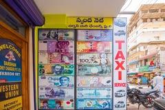 PUTTAPARTHI,安得拉邦,印度- 2017年7月9日:在银行附近的横幅 不同的钞票 特写镜头 图库摄影