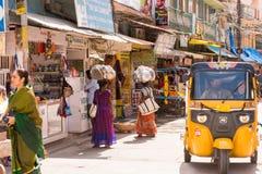 PUTTAPARTHI,安得拉邦,印度- 2017年7月9日:地方印地安市场 复制文本的空间 库存图片
