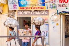 PUTTAPARTHI,安得拉邦,印度- 2017年7月9日:地方印地安市场 复制文本的空间 免版税库存照片