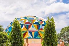 PUTTAPARTHI,安得拉邦,印度- 2017年7月9日:天文馆大厦的看法 复制文本的空间 免版税库存照片