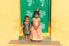 PUTTAPARTHI,安得拉邦,印度- 2017年7月9日:房子的门阶的两个小印地安女孩 复制文本的空间 免版税库存照片
