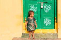 PUTTAPARTHI,安得拉邦,印度- 2017年7月9日:房子的门阶的小印地安女孩 复制文本的空间 免版税库存照片
