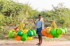 PUTTAPARTHI,安得拉邦,印度- 2017年7月9日:有桶的人水的 复制文本的空间 库存照片