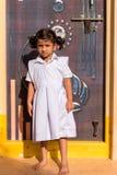 PUTTAPARTHI,安得拉邦,印度- 2017年7月9日:白色礼服的逗人喜爱的印地安女孩 垂直 复制文本的空间 免版税库存图片