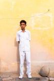PUTTAPARTHI,安得拉邦,印度- 2017年7月9日:白色衣服的印地安人 复制文本的空间 垂直 库存图片
