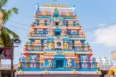 PUTTAPARTHI,安得拉邦,印度- 2017年7月9日:Gopuram -对一个寺庙的前面曲拱入口在Dravidian样式 免版税图库摄影