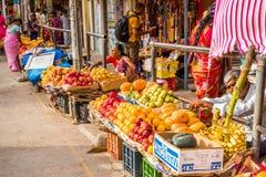 PUTTAPARTHI,安得拉邦-印度- 2017年7月22日:地方水果市场 复制文本的空间 库存图片