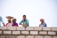 PUTTAPARTHI,安得拉邦-印度- 2016年11月09日:印地安人修建房子 复制文本的空间 免版税图库摄影