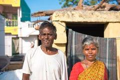 PUTTAPARTHI,安得拉邦-印度- 2016年11月09日:印地安夫妇的画象在晚年的,户外 库存图片