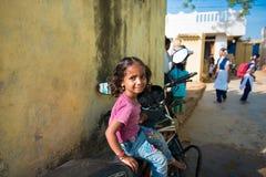 PUTTAPARTHI,安得拉邦-印度- 2016年11月09日:印地安女孩坐摩托车 复制文本的空间 免版税库存图片