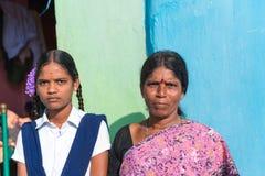 PUTTAPARTHI,安得拉邦-印度- 2016年11月09日:印地安妇女和女孩的画象,户外 库存照片