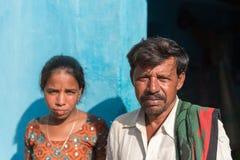 PUTTAPARTHI,安得拉邦-印度- 2016年11月09日:印地安父亲和女儿在街道上 免版税库存照片