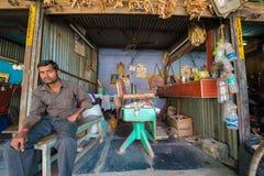 PUTTAPARTHI,安得拉邦-印度- 2016年11月09日:印地安美发师,户外 库存图片