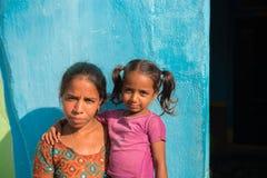 PUTTAPARTHI,安得拉邦-印度- 2016年11月09日:在街道上的印地安孩子 复制空间 库存照片