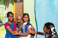PUTTAPARTHI,安得拉邦-印度- 2016年11月09日:在街道上的印地安孩子 复制空间 免版税库存图片