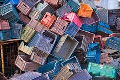 PUTTAPARTHI,安得拉邦-印度- 2016年11月09日:收集的水果和蔬菜许多色的塑料盒 免版税库存图片