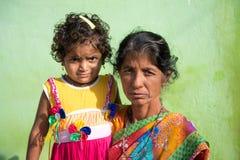 PUTTAPARTHI,安得拉邦-印度- 2016年11月09日:有婴孩的印地安妇女街道的 免版税库存照片