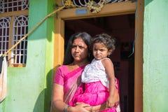 PUTTAPARTHI,安得拉邦-印度- 2016年11月09日:有婴孩的印地安妇女街道的 图库摄影