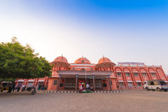 PUTTAPARTHI,安得拉邦-印度- 2016年11月09日:火车站 复制文本的空间 库存图片