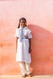 PUTTAPARTHI, АНДХРА-ПРАДЕШ, ИНДИЯ - 9-ОЕ ИЮЛЯ 2017: Индийская девушка в школьной форме Скопируйте космос для текста вертикально стоковые изображения rf