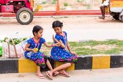 PUTTAPARTHI, АНДХРА-ПРАДЕШ, ИНДИЯ - 9-ОЕ ИЮЛЯ 2017: 2 индийских девушки на улице Скопируйте космос для текста Стоковые Фотографии RF