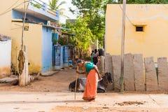 PUTTAPARTHI, АНДХРА-ПРАДЕШ, ИНДИЯ - 9-ОЕ ИЮЛЯ 2017: Пожилая женщина на сельской улице Скопируйте космос для текста Стоковое фото RF