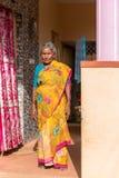 PUTTAPARTHI, АНДХРА-ПРАДЕШ, ИНДИЯ - 9-ОЕ ИЮЛЯ 2017: Пожилая индийская женщина в сари Скопируйте космос для текста вертикально Стоковое Изображение