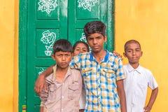 PUTTAPARTHI, АНДХРА-ПРАДЕШ, ИНДИЯ - 9-ОЕ ИЮЛЯ 2017: Портрет 4 жизнерадостных индийских мальчиков Скопируйте космос для текста Стоковое Изображение