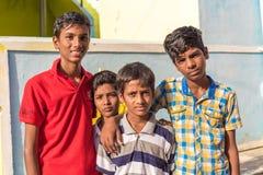 PUTTAPARTHI, АНДХРА-ПРАДЕШ, ИНДИЯ - 9-ОЕ ИЮЛЯ 2017: Портрет 4 жизнерадостных индийских мальчиков Конец-вверх Стоковая Фотография RF