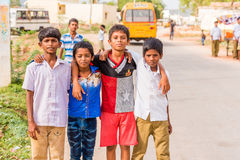 PUTTAPARTHI, АНДХРА-ПРАДЕШ, ИНДИЯ - 9-ОЕ ИЮЛЯ 2017: Группа в составе индийские мальчики в улице деревни Скопируйте космос для тек стоковое фото
