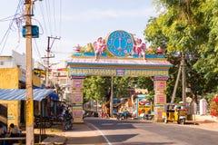 PUTTAPARTHI, ANDHRA PRADESH, ÍNDIA - 9 DE JULHO DE 2017: Arco-portas à cidade Copie o espaço para o texto Fotografia de Stock