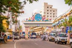 PUTTAPARTHI, ANDHRA PRADESH, ÍNDIA - 9 DE JULHO DE 2017: Arco-portas à cidade Copie o espaço para o texto Fotografia de Stock Royalty Free