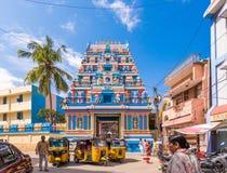 PUTTAPARTHI, ANDHRA PRADESH, ÍNDIA - 22 DE JULHO DE 2017: Gopuram - entrada do dianteiro-arco a um templo no estilo de Dravidian Fotos de Stock Royalty Free