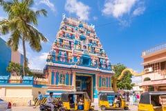 PUTTAPARTHI, ANDHRA PRADESH, ÍNDIA - 22 DE JULHO DE 2017: Gopuram - entrada do dianteiro-arco a um templo no estilo de Dravidian Fotografia de Stock Royalty Free