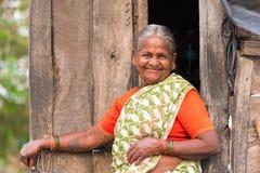 PUTTAPARTHI, ANDHRA PRADESH, ÍNDIA - 9 DE JULHO DE 2017: Retrato de uma mulher indiana idosa Copie o espaço para o texto Close-up foto de stock