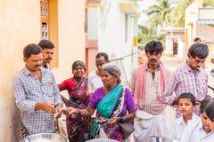 PUTTAPARTHI, ANDHRA PRADESH, ÍNDIA - 9 DE JULHO DE 2017: Um grupo de pessoas na linha para uma refeição Close-up fotos de stock royalty free